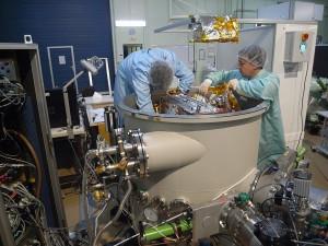 Une fois l'appareil disposé dans la cuve, placement des couches isolantes pour les tests de température.