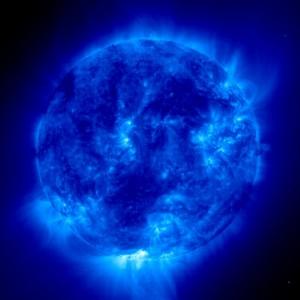Tâches solaires, éruptions et éjection de masse ainsi qu'un accroissement de la quantité de boucles magnétiques et de leur taille (© ESA/NASA)