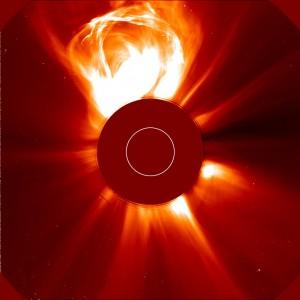 Eruption solaire 26-02-2000_image 2. Quelques heures plus tard, cette éruption a été observée comme une énorme éjection de masse coronale par le coronographe à grand angle LASCO C2 (© ESA/NASA).